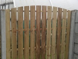 <p><em><strong>Single Sided Hit/Miss panels have a decorative side and a reverse side. The reverse side shows the supporting rails.</strong></em></p><p><em><strong>There is a gap between the boards and this makes it an ideal choice for a fence erected in particularly windy positions. The gap allows air to flow through and so making the fence less resistant.</strong></em></p>
